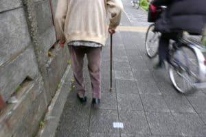 一人で歩くおばあちゃん